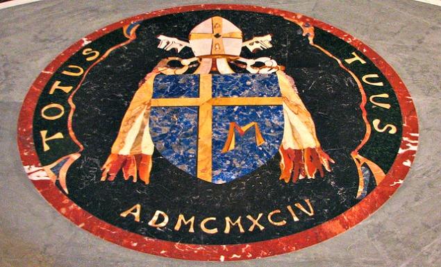 stemma di San Giovanni Paolo II, sul pavimento della cappella del battistero, nella navata sinistra della Basilica