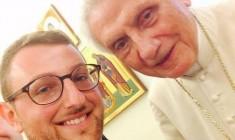 I seminaristi e il selfie con Benedetto: questa ci mancava!