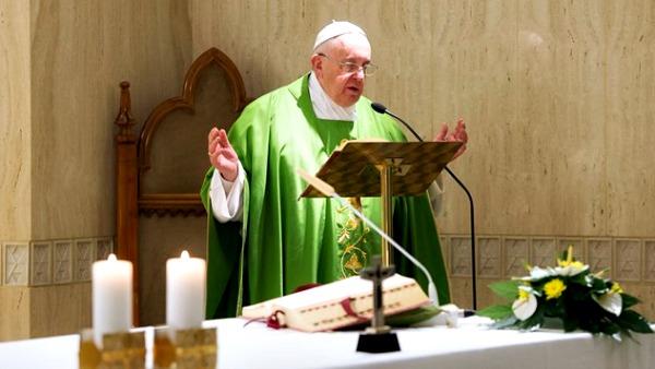 Papa Francesco durante l'omelia del mattino a Casa Santa Marta