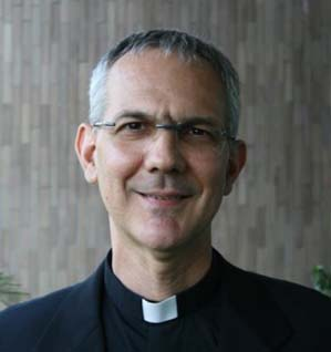 Mauro Leonardi (Como 1959) è stato ordinato sacerdote il 29 maggio 1988 da Giovanni Paolo II nella Basilica di San Pietro, e da allora abita a Roma. - mauro-leonardi