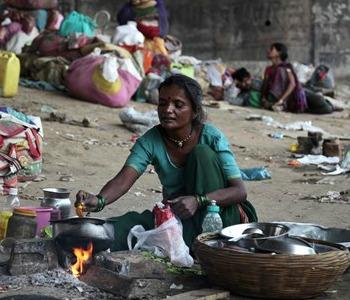 Mons. Auza: no a pressioni ideologiche nella lotta a povertà