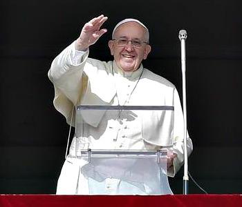 Papa Francesco all'Angelus: servono più ponti e meno muri