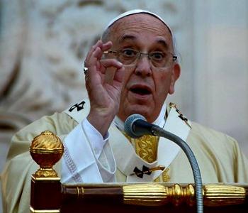 """Papa Francesco al Verano: uomo che si crede """"dio"""" distrugge il mondo"""