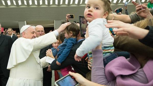 Mons. Paglia: politica riporti famiglia al centro della sua azione