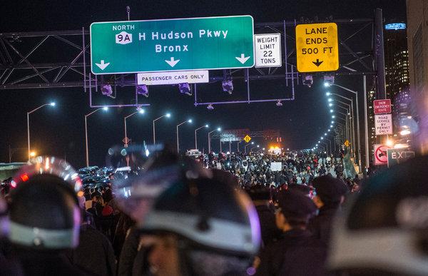 New York, la rabbia per l'agente scagionato