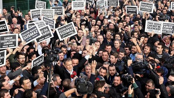 Turchia: retate anti-dissenso. In manette giornalisti e politici