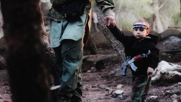 smail, 3 anni, con i guerriglieri siriani. Il bimbo è stato riconosciuto dalla madre. Sulle immagini indagano i carabinieri del Ros