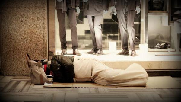 Il Papa regala 300 sacchi a pelo ai senzatetto di Roma