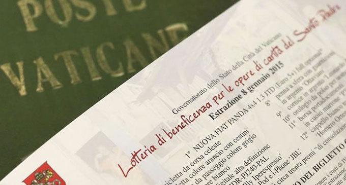 Continua la lotteria con i doni del Papa per le opere di carità