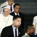 Folla imponente per l'arrivo del Papa a Manila