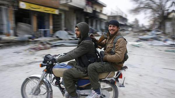 una delle primissime foto giunte da Kobane, in motocicletta a festeggiare per le strade della città