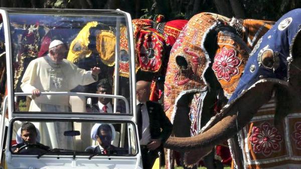 Elefanti e danze: lo Sri Lanka in festa accoglie Papa Francesco
