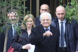 Mattarella: folla lo applaude a uscita da casa