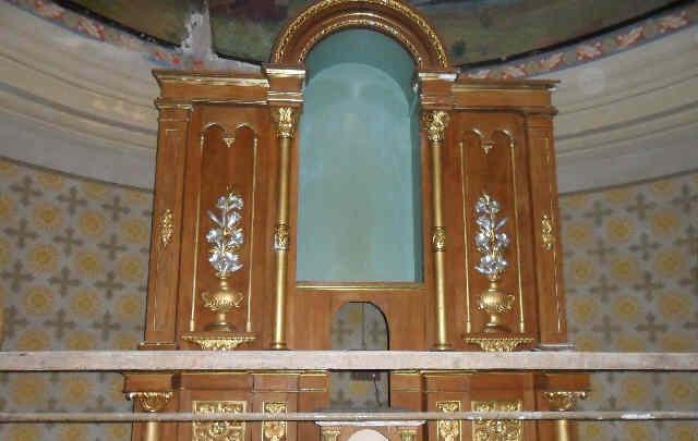 Avvicinandosi all'altare si può notare che l'immagine della statua scompare