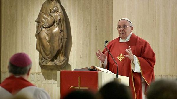 Papa: Chiesa povera, Vangelo non è teologia della prosperità