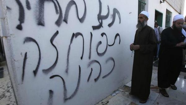 Betlemme, estremisti israeliani incendiano e profanano una moschea
