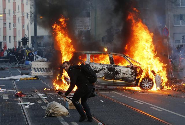 Guerriglia a Francoforte. Macchine della polizia incendiate. E' protesta contro Bce