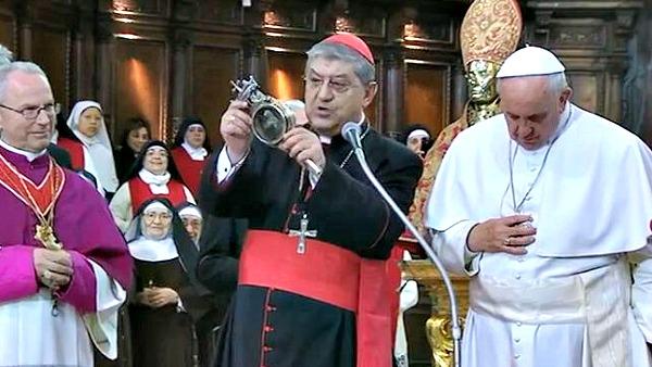 """Il cardinale C. Sepe, arcivescovo di Napoli, dopo aver consegnato al Papa le teca con il sangue di san Gennaro, il quale ha avuto la reliquia alcuni istanti fra le sue mani, ha annunciato ai presenti. """"Si vede che il nostro Santo vuole bene al Papa. Il sangue si è sciolto. Il processo è a metà."""" A questo punto il Papa ha aggiunto: """"Se si è sciolto a metà vuol, dire che dobbiamo ancora andare avanti e fare meglio. Il santo ci vuole bene a metà""""."""