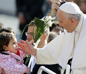 Papa Francesco: Società senza bambini è triste e grigia.