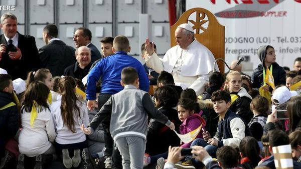 Papa a Scampia: corruzione puzza, no a sfruttamento lavoratori