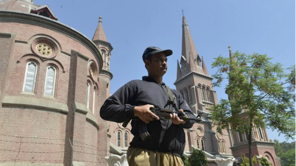 Lahore: spari contro agenti davanti alla chiesa di S. Pietro