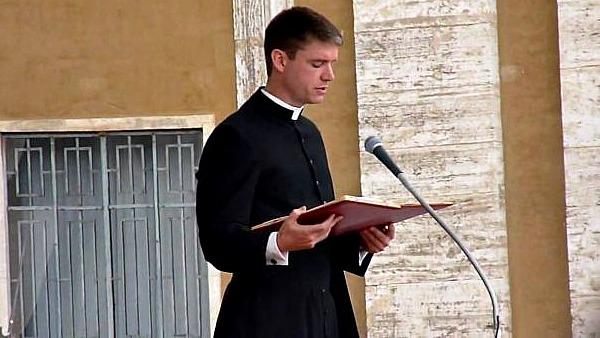 Il prete che traduce i tweet del Papa in latino