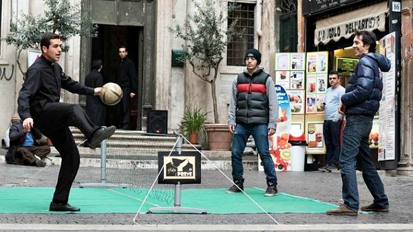 Sfida il prete: a Roma selfie, palleggi e preghiere