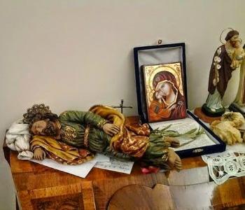 Quei bigliettini del Papa sotto la statua di San Giuseppe