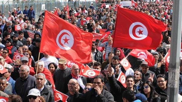 In migliaia in piazza a Tunisi per dire no al terrorismo