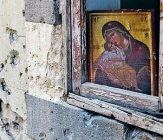 """L'appello dei Maristi blu Dopo quattro anni di conflitti sempre più selvaggi, non si vede una soluzione. I siriani sono stanchi di una vita costantemente in pericolo, di vedere i loro figli crescere in questo clima e i giovani rassegnati a non avere futuro, di dover constatare che il loro Paese è sull'orlo della distruzione. Molti scappano dalle loro case e cercano rifugio dove è possibile, molti emigrano. Soprattutto i cristiani: ad Aleppo la metà di loro se ne sono già andati. Noi che restiamo, lo facciamo solo per la fede che ci anima, che ci permette di sperare contro ogni speranza. Viviamo con i piedi fondati sull'essenziale: «Non temere, ti porto nel palmo della mia mano, stabilisco con te la mia alleanza». La speranza che ci tiene in piedi, che ci permette di guardare a testa alta il male che scorre sotto i nostri occhi, è alimentata da Gesù che è morto sulla croce per noi, è resuscitato e vive in noi. La Siria è stata la culla del cristianesimo. È qui che i seguaci di Gesù sono stati chiamati per la prima volta «cristiani ». Prima della guerra non c'erano tensioni tra cristiani e musulmani: tutti si sentivano siriani prima di """"marcare"""" la loro appartenenza religiosa. Questa guerra non è mai stata un conflitto confessionale né un conflitto contro i cristiani, anche se i jihadisti in più di un'occasione si sono scagliati contro i cristiani. Anche oggi viviamo una grande fraternità con i musulmani. Nella nostra Ong dei Maristi blu ci sono volontari islamici che lavorano avendo come riferimento i nostri stessi valori. I beneficiari del nostro aiuto alimentare, medico, scolastico, sono sia musulmani sia cristiani. E i musulmani hanno condannato più volte e con nettezza i terroristi che dicono di agire in nome dell'islam. Tutti i siriani desiderano la pace e rimpiangono il tempo, un tempo non così lontano, in cui si viveva in un Paese stabile, sicuro, prospero e laico, che rispettava e tutelava tutti i cittadini al di là della loro etnia e dell'appartenenza religi"""