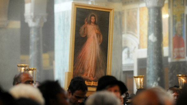 """QUALI SONO LE ORIGINI DELLA FESTA? Gesù, secondo le visioni avute da suor Faustina e annotate nel Diario, parlò per la prima volta del desiderio di istituire questa festa a suor Faustina a Płock nel 1931, quando le trasmetteva la sua volontà per quanto riguardava il quadro: """"Io desidero che vi sia una festa della Misericordia. Voglio che l'immagine, che dipingerai con il pennello, venga solennemente benedetta nella prima domenica dopo Pasqua; questa domenica deve essere la festa della Misericordia"""". Negli anni successivi Gesù è ritornato a fare questa richiesta addirittura in 14 apparizioni definendo con precisione il giorno della festa nel calendario liturgico della Chiesa, la causa e lo scopo della sua istituzione, il modo di prepararla e di celebrarla come pure le grazie ad essa legate. PERCHÉ È STATA SCELTA LA PRIMA DOMENICA DOPO PASQUA? La scelta della prima domenica dopo Pasqua ha un suo profondo senso teologico: indica lo stretto legame tra il mistero pasquale della Redenzione e la festa della Misericordia, cosa che ha notato anche suor Faustina: """"Ora vedo che l'opera della Redenzione è collegata con l'opera della Misericordia richiesta dal Signore"""". Questo legame è sottolineato ulteriormente dalla novena che precede la festa e che inizia il Venerdì Santo. Gesù ha spiegato la ragione per cui ha chiesto l'istituzione della festa: """"Le anime periscono, nonostante la Mia dolorosa Passione (...). Se non adoreranno la Mia misericordia, periranno per sempre"""". La preparazione alla festa deve essere una novena, che consiste nella recita, cominciando dal Venerdì Santo, della coroncina alla Divina Misericordia. Questa novena è stata desiderata da Gesù ed Egli ha detto a proposito di essa che """"elargirà grazie di ogni genere"""". COME SI FESTEGGIA? Per quanto riguarda il modo di celebrare la festa Gesù ha espresso due desideri: - che il quadro della Misericordia sia quel giorno solennemente benedetto e pubblicamente, cioè liturgicamente, venerato; - che i sacerdoti parlino a"""
