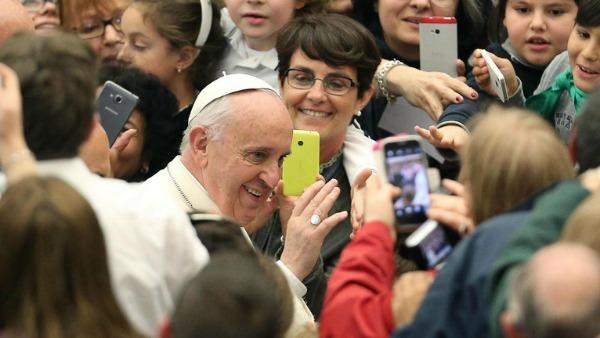 Papa Francesco: Entriamo nelle ferite del Signore che sono dappertutto