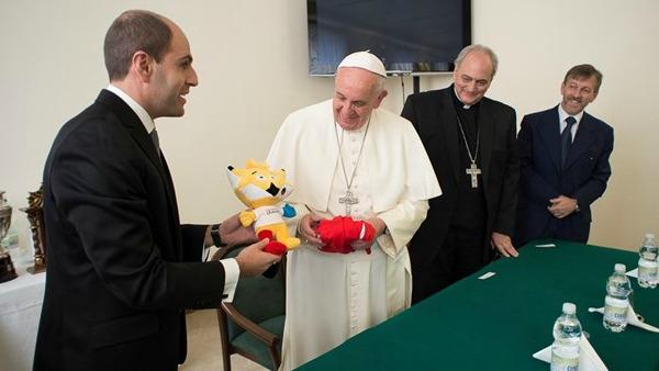 Papa Francesco: quando una società nasconde Dio scarta l'uomo