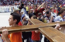 Per Giovanni Paolo II i giovani erano il Paradiso. Cosa ha donato loro? Una croce di legno. 'Portatela nel mondo'