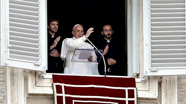 Parla don Elia, uno dei due giovani sacerdoti che si sono affacciati con Papa Francesco al Regina Coeli