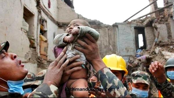 Nepal, la forza della vita. Bimbo di 4 mesi estratto vivo dopo 22 ore.
