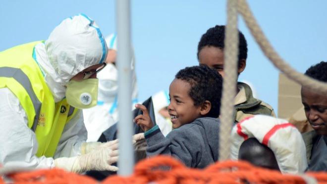 Colonne di profughi in marcia. Il tempo stringe e dopo l'estate nessuno sa cosa sarà della Libia.