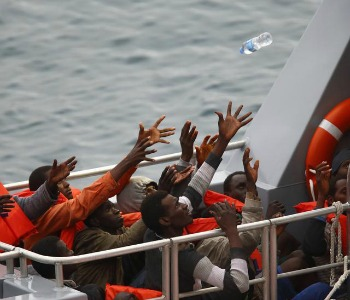Sono quasi mille i migranti tratti in salvo ieri dalla Guardia Costiera e dalla Marina Militare, in tre differenti operazioni di soccorso nel canale di Sicilia. Su uno dei barconi c'era anche un cadavere che è stato recuperato. Le unità con migranti in difficoltà si trovavano tutte in un tratto di mare a circa 30 miglia dalle coste libiche. Le richieste di soccorso sono giunte nel primo pomeriggio di venerdì alla Centrale Nazionale di Soccorso della Guardia Costiera, tramite telefono satellitare. In zona sono stati dirottati vari mercantili e inviate Nave Fiorillo CP 904 e una motovedetta classe 300, entrambe della Guardia Costiera. Anche la Marina Militare ha partecipato alle operazioni di soccorso, raggiungendo uno dei barconi con il pattugliatore Orione, impegnato in vigilanza pesca, e prendendo a bordo 222 migranti, tra cui la persona morta, poi trasbordati su due unità della Guardia Costiera. Altri 235 migranti sono stati presi a bordo dal mercantile Cape Bon, con l'assistenza di Nave Fiorillo. L'unità sta dirigendo verso il porto di Augusta. L'ultimo barcone è stato soccorso da due mercantili, il City of Hamburg e il Maersk Regensburg, che hanno preso a bordo rispettivamente 93 e 429 migranti e si sono diretti verso Porto Empedocle.