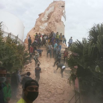 Terromoto in Nepal, crolla la torre Dharahara, oltre 50 persone intrappolate