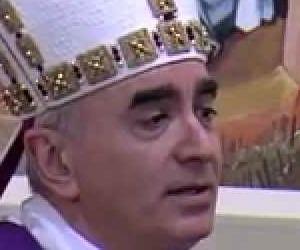 Il vescovo che nella predica canta Noemi e Mengoni fa come Gesù