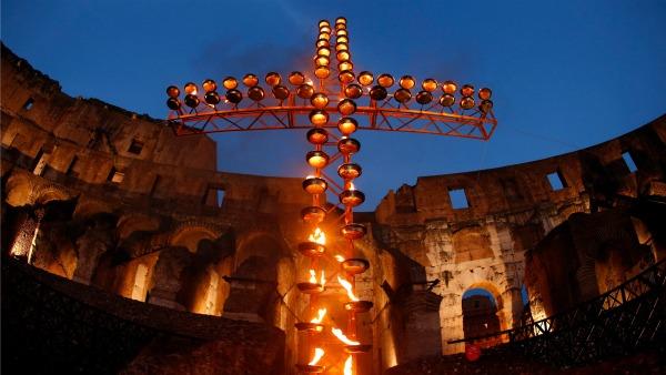 Via Crucis al Colosseo. I testi di Mons. Corti: Chiamati ad essere anche noi custodi per amore