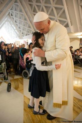 Papa Francesco con un gruppo di bambini malati ieri sera: Non abbiate paura di chiedere a Dio ''Perché?''