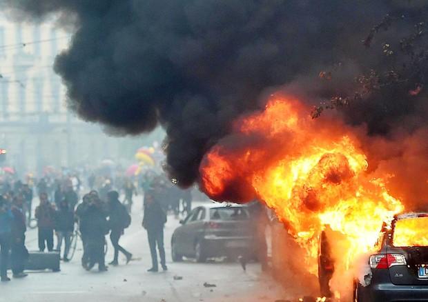 Scontri NoExpo-polizia, Milano in fiamme