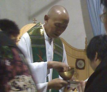 Cina: la polizia arresta un sacerdote e demolisce un altare cattolico