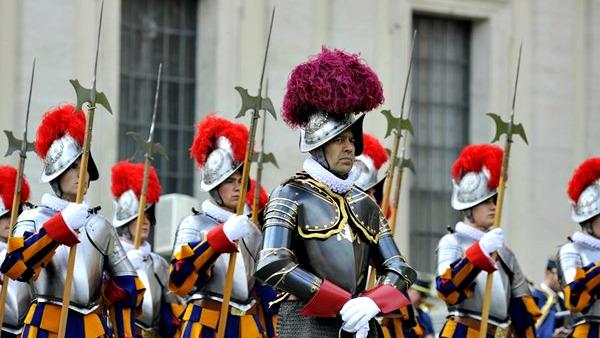 Papa Francesco partecipa a inaugurazione nuova bandiera Guardia Svizzera