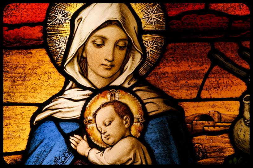 Virgin Mary holding baby Jesus © CURAphotography / Shutterstock