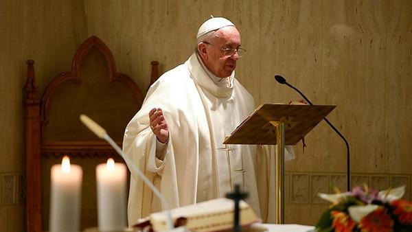 Papa Francesco: brutto vedere cristiani mondani, non si possono avere cielo e terra