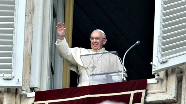 Papa Francesco all'Angelus: Siamo chiamati a vivere gli uni con gli altri, per gli altri, e negli altri