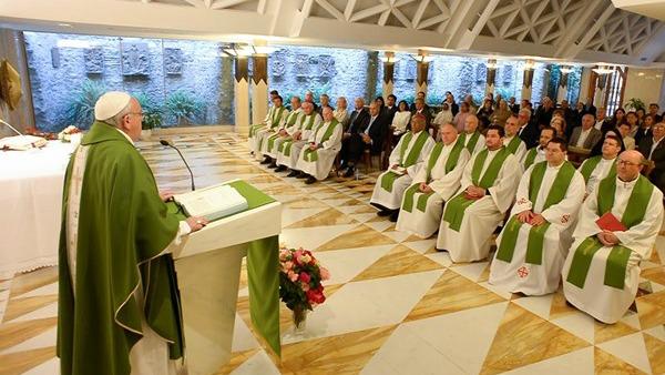 Papa Francesco: i cristiani mondani e rigoristi allontanano la gente da Gesù