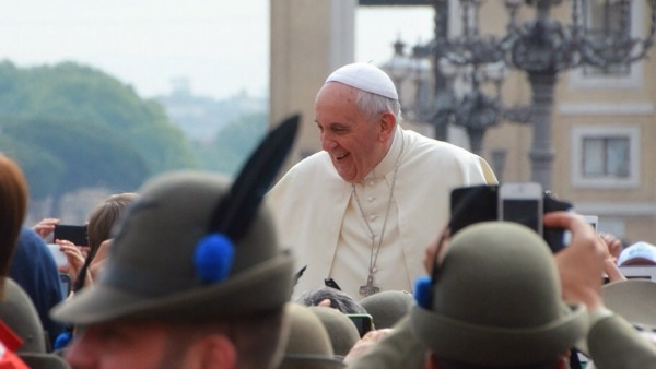 E il Papa nell'omelia a Santa Marta cita una canzone degli alpini.